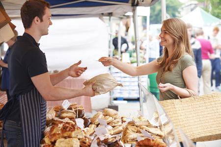 Frau kauft Brot vom Marktstand Standard-Bild - 49367228
