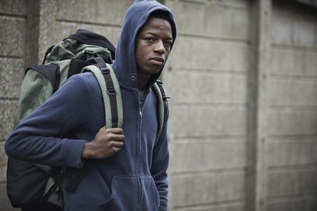 Homeless jeune garçon dans les rues Avec Rucksack Banque d'images