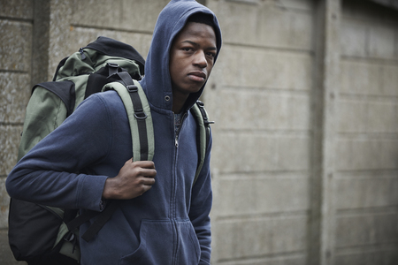 adolescente: Sin Hogar adolescente calles con la mochila