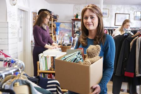tienda de ropa: Mujer donaci�n de art�culos no deseados a la caridad Shop