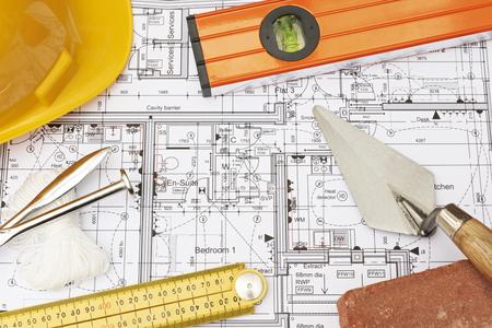 componentes: Componentes de construcción dispuestas sobre los planes de vivienda Foto de archivo