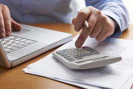 mecanografía: Las finanzas de salida del hombre de funcionamiento para el hogar