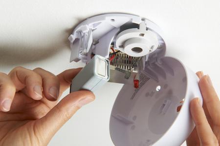 Remplacement de la pile Dans domestique détecteur de fumée