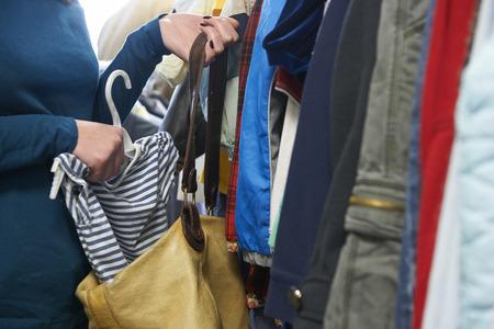 Femme Stealing Vêtements De Magasin