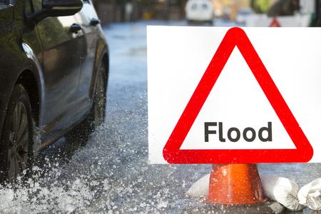 signos de precaucion: Señal de advertencia de tráfico en carretera inundada con los coches
