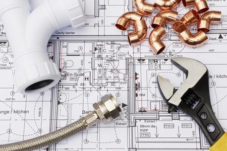 Composants de plomberie disposés sur les plans de la Chambre