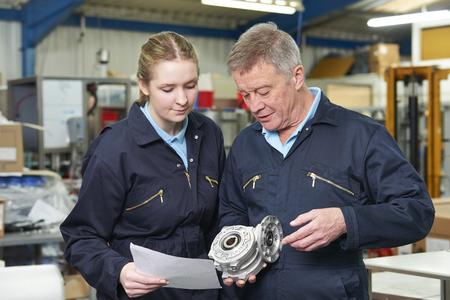 Ingeniero con el aprendiz en el mercado Componente En Fábrica