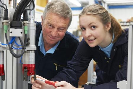 Ingénieur Et Apprentice Le travail machine dans l'usine