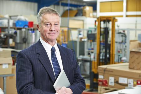 Portrait de l'usine Propriétaire Avec tablette numérique
