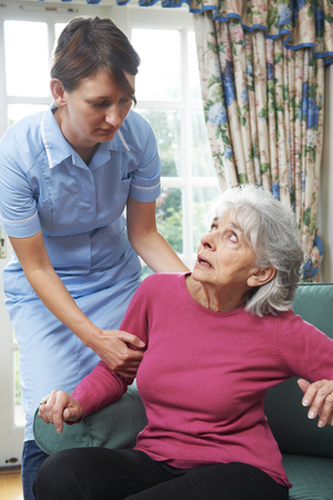 Cuidado Trabajador maltratar a la mujer mayor