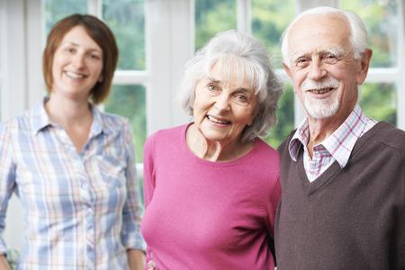 Parents seniors avec sa fille adulte à la maison Banque d'images