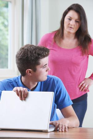 madre e hijo: Culpable del adolescente que oculta la navegación en Internet de la madre