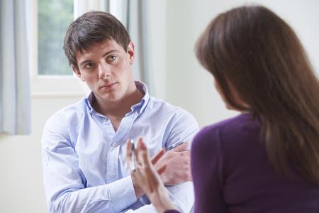 depresión: Deprimido hombre joven que habla con el consejero
