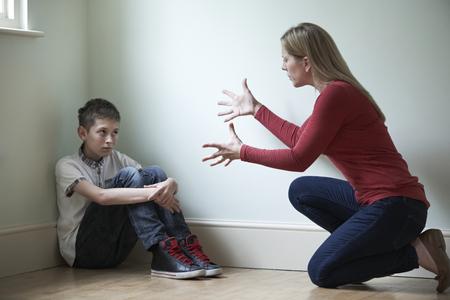 madre e figlio: Padre Essere fisicamente offensivo nei confronti Son Archivio Fotografico