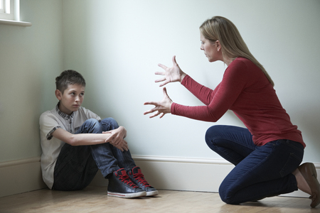 madre e hijo: Ser padre de abusos físicos a Hijo