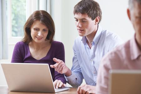 onderwijs: Vrouwelijke Student In Volwassenenonderwijs Computer Class Stockfoto