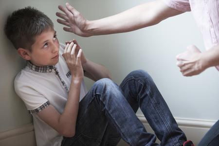 enojo: Ser padre de abusos físicos a Hijo