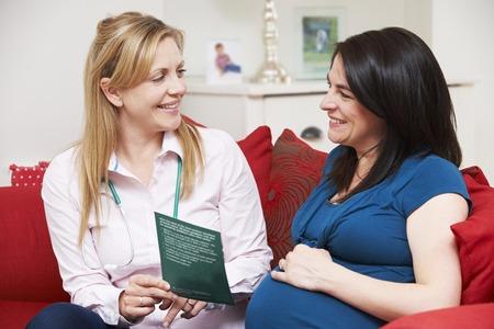 visitador medico: Discutiendo partera Literatura con la mujer embarazada Durante Inicio Vi