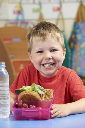 almuerzo: Pupila de la escuela con la caja de almuerzo sano Foto de archivo