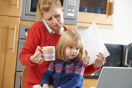 padres hablando con hijos: Ocupado El hacer frente a la madre d�a agotador en el hogar