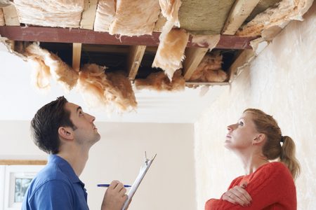 Builder et inspecter client toit Dommages Banque d'images - 49601297