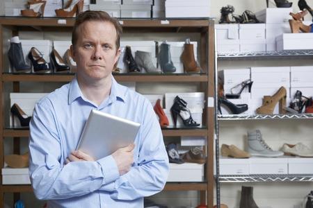 tienda de zapatos: El hombre de negocios del zapato corriente en l�nea tienda Foto de archivo