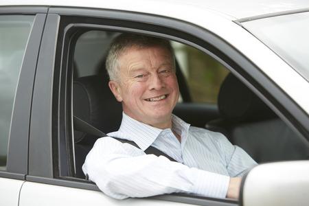 chofer: Retrato de piloto mayor en el coche Foto de archivo