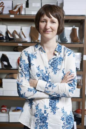 shoe store: Propietario de sexo femenino de zapato tienda
