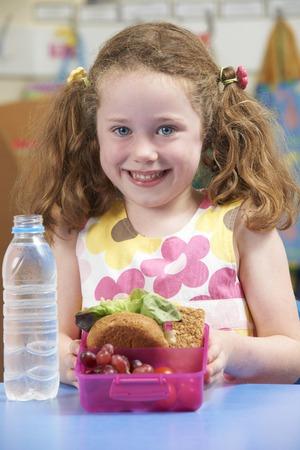 niño escuela: Pupila de la escuela con la caja de almuerzo sano Foto de archivo