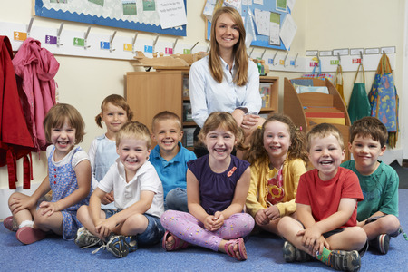 niños sentados: Retrato de la clase de escuela primaria con el profesor