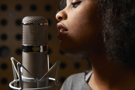 people singing: Vocalista Femenino En Estudio de grabación