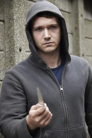 cuchillo: Hombre de mirada amenazante celebración de un cuchillo