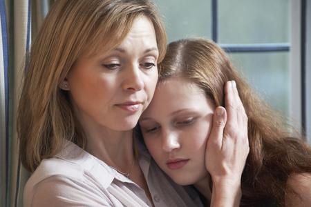 madre e hija adolescente: Madre reconfortante hija adolescente