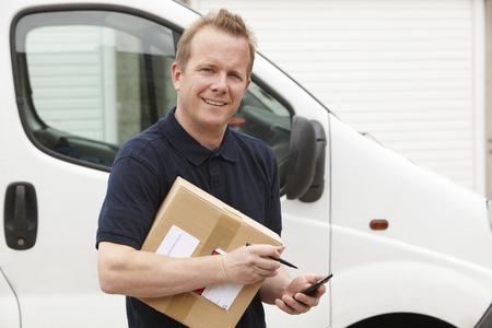 chofer: Mensajero que entrega el paquete Firma Exigir Foto de archivo