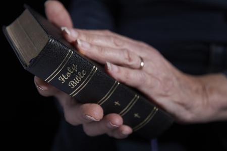 iglesia: Primer plano de la mujer mayor celebración de la Biblia