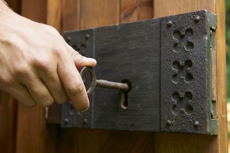 Hand Turning Key In Old Fashioned Lock Archivio Fotografico