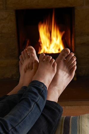 pies masculinos: Padre y el calentamiento del niño Pies por el fuego Foto de archivo