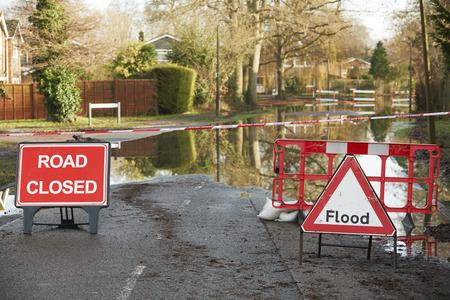 Avertissements signes sur route inondée Banque d'images