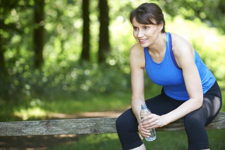mujeres maduras: Medio de reclinación Mujer envejecida después de ejercicio
