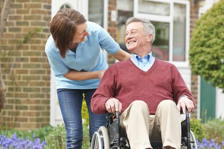 paraplegico: Con cuidador hombre mayor en silla de ruedas