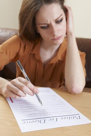 divorcio: Mujer joven preocupante Petici�n de equipamiento para Divorcio