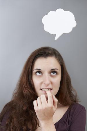 persona pensando: Ansioso Adolescente Con burbuja del pensamiento sobre la cabeza