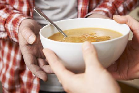 Homeless Man Être Handed bol de soupe par des bénévoles Banque d'images - 49871547