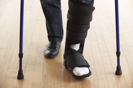piernas hombre: Close Up Of Man Walking With Muletas y Elenco Foto de archivo