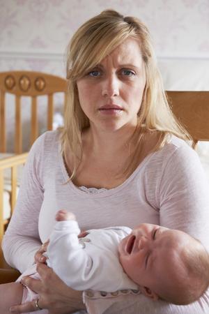 Frustrado madre que sufre de depresión posparto Foto de archivo