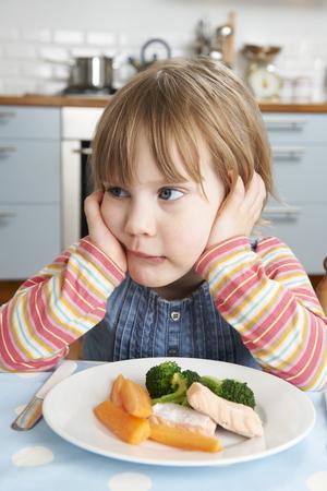 comidas: Quisquilloso joven no alimentación saludable almuerzo Foto de archivo