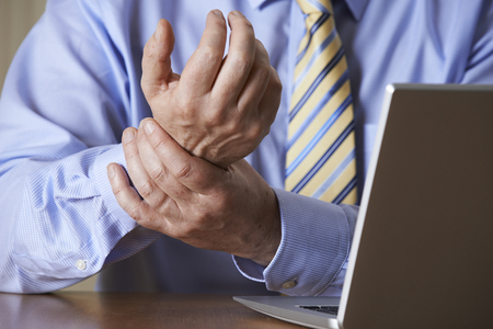Empresario que sufren de lesiones por esfuerzo repetitivo (RSI)