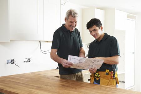 carpintero: Carpintero y aprendiz Instalación de cocina de lujo