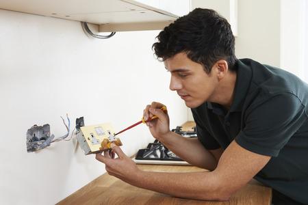 the maintenance: Electricista del zócalo Instalación En Nueva Casa Foto de archivo