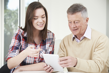 grandfather: Mostrando adolescente nieta abuelo C�mo utilizar la tableta digital